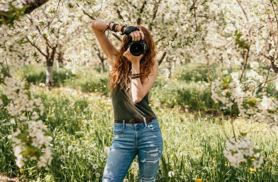 Nicole Geri Photographer holding Canon 80D camera
